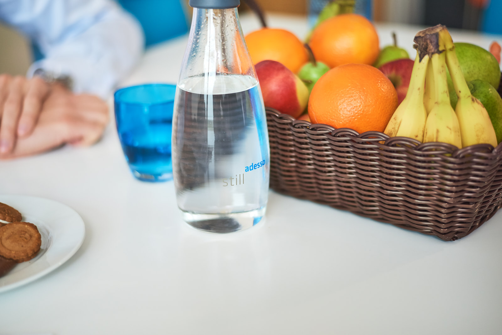 adesso Wasserflasche und Obstkorb auf einem Tisch